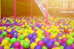 Много красочных пластичных шариков в kids& x27; ballpit на спортивной площадке Стоковые Изображения RF
