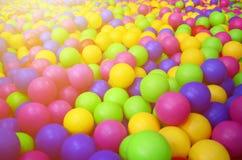 Много красочных пластичных шариков в kids& x27; ballpit на спортивной площадке Стоковое фото RF