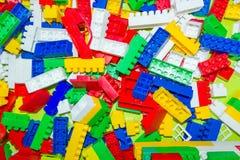 Много красочных пластичных блоков игрушки, красный цвет, синь, белизна, желтая Стоковое Изображение RF
