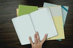 Много красят книги на таблице Стоковое Изображение RF