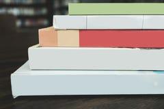 Много красят книги на таблице Стоковая Фотография