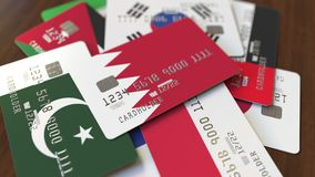 Много кредитных карточек с различными флагами, подчеркнули карту банка с флагом Бахрейна бесплатная иллюстрация