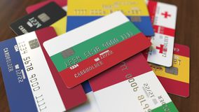 Много кредитных карточек с различными флагами, подчеркнули карту банка с флагом Болгарии иллюстрация вектора