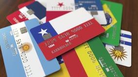 Много кредитных карточек с различными флагами, подчеркнули карту банка с флагом Чили иллюстрация вектора