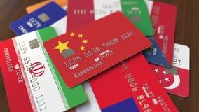Много кредитных карточек с различными флагами, подчеркнули карту банка с флагом Китая иллюстрация штока