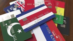 Много кредитных карточек с различными флагами, подчеркнули карту банка с флагом Коста-Рика бесплатная иллюстрация