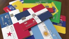 Много кредитных карточек с различными флагами, подчеркнули карту банка с флагом Доминиканской Республики иллюстрация штока