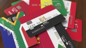 Много кредитных карточек с различными флагами, подчеркнули карту банка с флагом Египта бесплатная иллюстрация