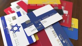 Много кредитных карточек с различными флагами, подчеркнули карту банка с флагом Финляндии бесплатная иллюстрация