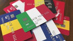 Много кредитных карточек с различными флагами, подчеркнули карту банка с флагом Италии иллюстрация штока