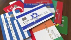 Много кредитных карточек с различными флагами, подчеркнули карту банка с флагом Израиля бесплатная иллюстрация