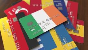 Много кредитных карточек с различными флагами, подчеркнули карту банка с флагом Ирландии иллюстрация штока