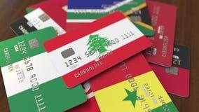 Много кредитных карточек с различными флагами, подчеркнули карту банка с флагом Ливана бесплатная иллюстрация