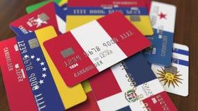 Много кредитных карточек с различными флагами, подчеркнули карту банка с флагом Перу иллюстрация штока