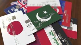 Много кредитных карточек с различными флагами, подчеркнули карту банка с флагом Пакистана бесплатная иллюстрация