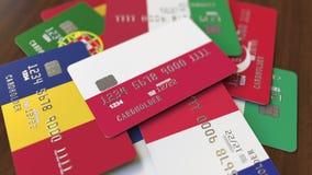 Много кредитных карточек с различными флагами, подчеркнули карту банка с флагом Польши иллюстрация штока