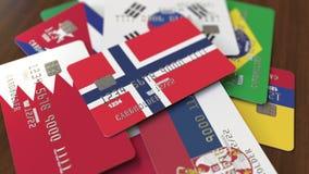 Много кредитных карточек с различными флагами, подчеркнули карту банка с флагом Норвегии акции видеоматериалы