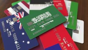 Много кредитных карточек с различными флагами, подчеркнули карту банка с флагом Саудовской Аравии видеоматериал