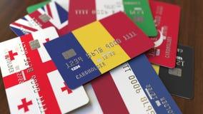 Много кредитных карточек с различными флагами, подчеркнули карту банка с флагом Румынии акции видеоматериалы