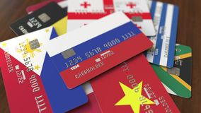 Много кредитных карточек с различными флагами, подчеркнули карту банка с флагом России бесплатная иллюстрация
