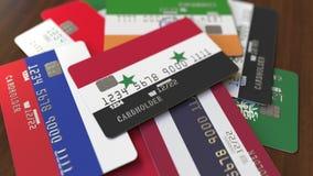 Много кредитных карточек с различными флагами, подчеркнули карту банка с флагом Сирии иллюстрация штока