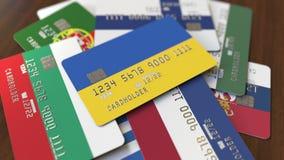 Много кредитных карточек с различными флагами, подчеркнули карту банка с флагом Украины иллюстрация вектора
