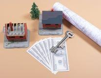 Много кредиток доллара, ключ и дом моделируют покупая дом принципиальной схемы стоковое изображение rf