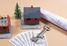 Много кредиток доллара, ключ и дом моделируют покупая дом принципиальной схемы стоковая фотография rf