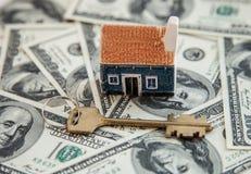 Много кредиток доллара, ключ и дом моделируют Стоковые Фото