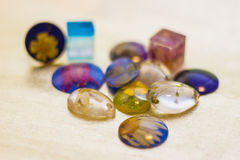 Много кристаллов сделанных конца-вверх эпоксидной смолы Стоковые Фотографии RF