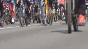 Много людей в езде города дорога асфальта велосипеда, езда велосипеда, здоровый образ жизни, предпосылка, нажим-велосипед видеоматериал