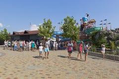 Много людей на кассе ` Tiki-Tak ` аквапарк в деревне курорта Dzhemete, Anapa Стоковая Фотография RF