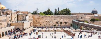 Много людей приходя увидеть западную стену или голося стену которая самое религиозное место в мире для еврейских людей размещено стоковая фотография rf