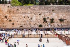 Много людей приходя увидеть западную стену или голося стену которая самое религиозное место в мире для еврейских людей размещено стоковые фотографии rf
