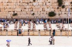 Много людей приходя увидеть западную стену или голося стену которая самое религиозное место в мире для еврейских людей размещено стоковое изображение rf