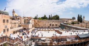 Много людей приходя увидеть западную стену или голося стену которая самое религиозное место в мире для еврейских людей размещено стоковая фотография