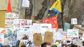 Много люди пришли к демонстрации Пикетчик с человеком видеоматериал