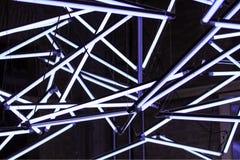 Много люминесцентных ламп, кроссовер, переключатель к красивому и современному дизайну иллюстрация штока