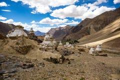 Много маленькое stupa на горе в долине Zanskar Стоковое Фото
