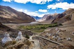 Много маленькое stupa на горе в долине Zanskar Стоковое фото RF