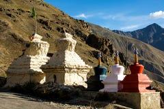 Много маленькое stupa на горе в долине Zanskar Стоковая Фотография RF