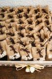 Много малых коричневых сумок ткани стоковые изображения rf
