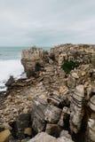 Много малые камни на океане, Португалии Стоковая Фотография RF