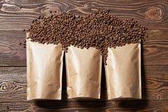 Много мешок бумаги ремесла модель-макета кладет в мешки с кофейными зернами в центре Стоковая Фотография RF