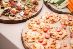 Много мини пицца, на деревянной плите доставка с обслуживанием шведского стола Селективный фокус Стоковое Фото
