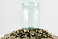 Много монетки и стеклянный опарник стоковые изображения rf