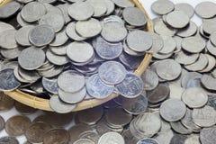 Много монеток в корзине Стоковые Фото