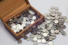 Много монеток в сундуке с сокровищами Стоковые Фото