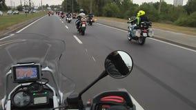 Много мотоциклов ехать улица города на фестивале, свободе и приключениях велосипедиста сток-видео