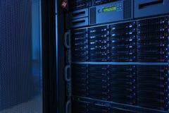 Много мощных серверов бежать в комнате сервера центра данных стоковые фотографии rf